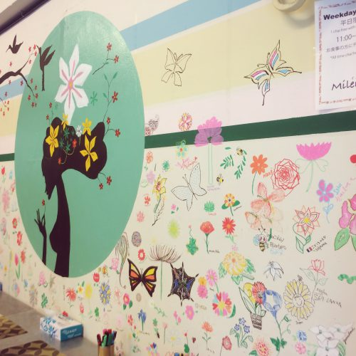 """"""" ミレンガ壁画プロジェクト、テーマ「愛の花」を描く """" 母と娘の愛について想うこと"""