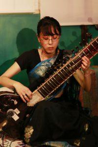 シタール奏者 中山 智絵(なかやま ちえ)2003年初渡印。2004年日本で南沢靖浩氏にシタールを師事。その後インド、バラナシにて南沢氏の師であるDr. Shravani Biswas氏に師事。声楽的な奏法と器楽的な奏法、両スタイルを取り入れた、繊細なニュアンスをかもしだすShravani独自の奏法を学ぶ。渡印を重ね、演奏活動を展開。2016年 地蔵山彰晃院まんだらどう両界曼荼羅開眼法会で演奏を奉納。