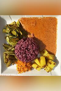 アーユルヴェーダ料理担当田中 ゆか鎌倉シュリマティにて本格インド家庭料理を学び、Satvikアーユルヴェーダスクール主宰の「アンナプルナの食卓」にて、アーユルヴェーダ的スパイス料理を学ぶ。Satvikアーユルヴェーダスクール中級クラス及びアーユルヴェーダ薬理学Ⅰ修了。前回の五感リトリートでは、参加者・スタッフ一同が絶賛した優しいスパイス料理をつくる。
