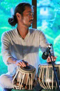 タブラ奏者 駒井 聖弥(こまい まさや) MAA兵庫県高砂市在住タブラ奏者。2007年より日本在住インド人タブラ奏者アシュウィニクマールミシュラ氏に師事。同時にインド滞在時にはBHUタブラ博士ドクタープラヴィンウッド氏からもタブラの手ほどきを受ける。2012年より関西を中心に演奏活動を開始し様々なミュージシャンと共演を重ねる。