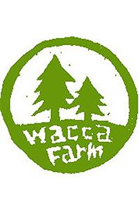 ウタイナガラソダテタヤサイ WaccaFarmワッカファームの主なメンバーは佐々木さん一家と就農を志す若者たち。瀬戸内市の耕作放棄地となっていた谷間の畑2haを開墾し、農薬や化学肥料、除草剤等を一切使用せず、完全露地栽培で野菜やハーブを育てている。ワッカファームが目指すのは水の様に循環する農業。みんなで営む「農的暮らし」はここでしか味わうことのできない体験のひとつ。